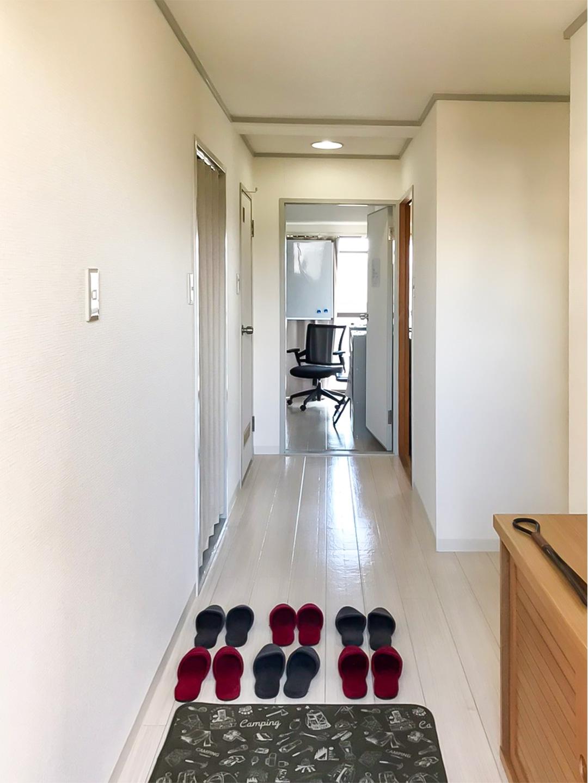 廊下の突き当たりがカウンセリングルーム、手前左側がトイレ、右側が待合室、手前の右側が事務室です。スリッパは月に一回程度のペースで交換しています。