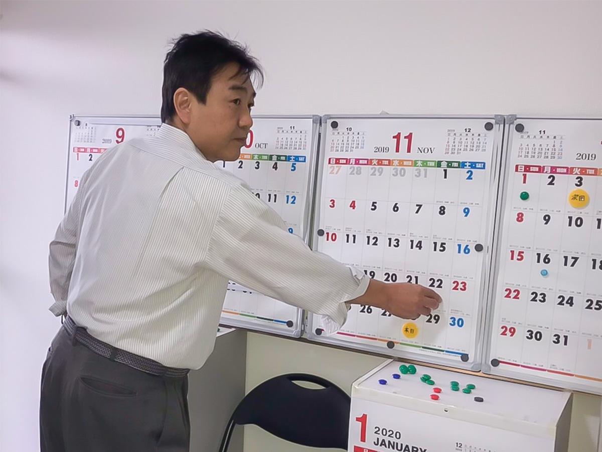 カウンセリグルームではこのような大型カレンダーも使います。色付きマグネットを使い、毎日の状況や変化を読み取っています
