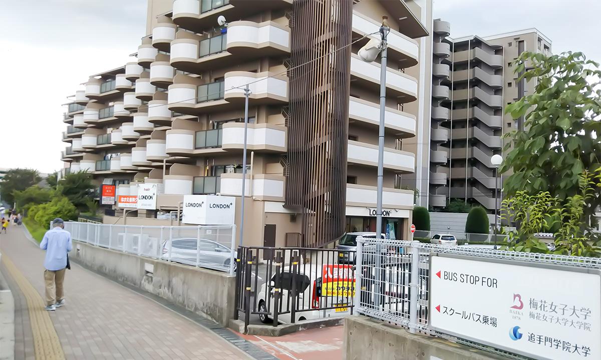 JR茨木駅からイオンモール茨木までつづく遊歩道です。白とクリーム色のマンションが「レジオン小島」です。